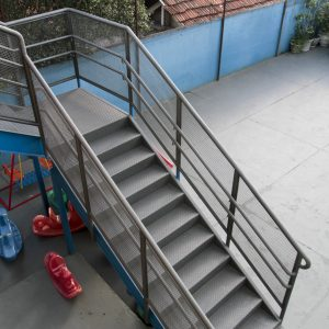 Escada Metálica em Área Externa