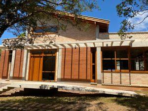 Natureza integrada com arquitetura e o design de interiores: um novo caminho para os projetos residenciais contemporâneos