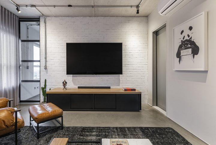 Estúdio Maré assina apartamento integrado com toque industrial